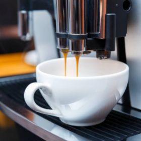 Ekspres ciśnieniowy do kawy z młynkiem – jaki wybrać?